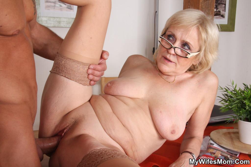 Порно внук ебет бабушку на кухне
